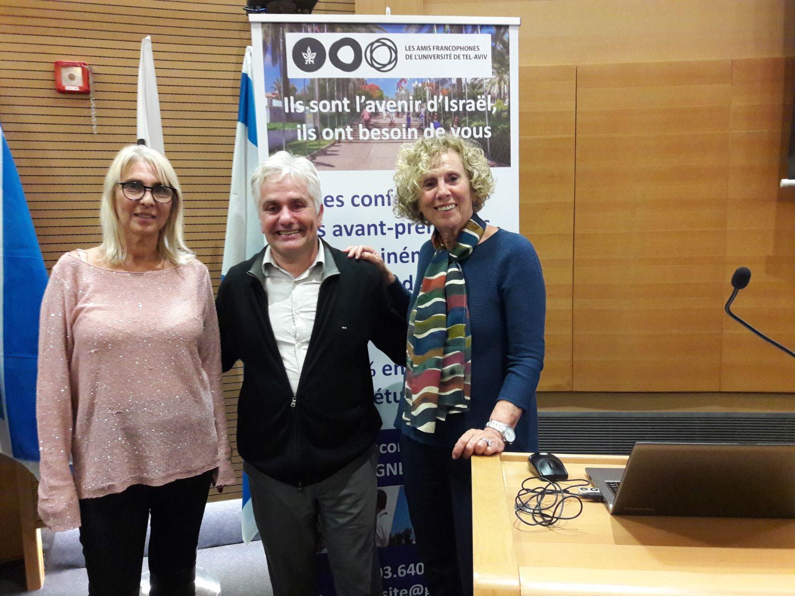 Ruth Amossy, professeur émérite du Département de langue et culture française de l'Université et Agnès Goldman, déléguée générale entourent Denis Charbit.